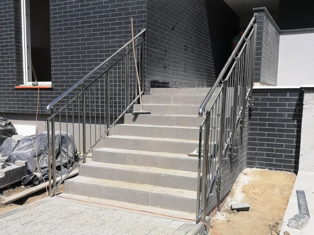 2020 08 07 Barierki schodowe wejściowe